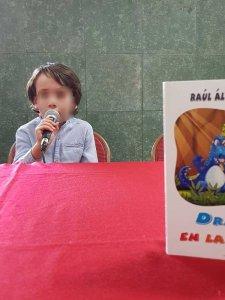 Raúl Álvarez Resta presentando su libro, Dragones en la selva.