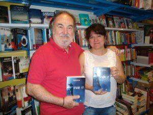 Eduardo Bartrina con la dueña de la librería Carrascal en Rua de Duero