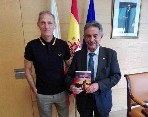 El presidente de Cantabria. Miguel Ángel Revilla junto a Javier Blanco.