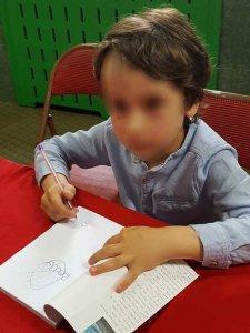 Raúl Álvarez Resta firma ejemplares de Dragones en la selva